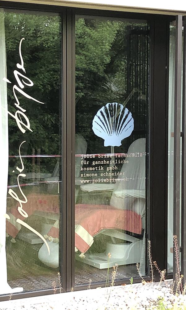 Schaufenster Jolie Brise Kosmetikschule